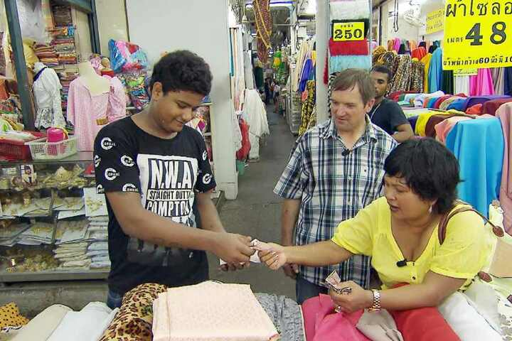 Josef hat es einfach, denn Reiseleiterin Narumol kennt sich in Bangkok bestens aus. Narumol möchte Stoffe in China Town für ihre Dirndlkollektion einkaufen gehen...