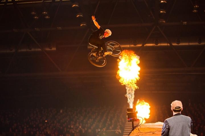 Staunen Sie über spektakuläre Stunts und heiße Feuershow.