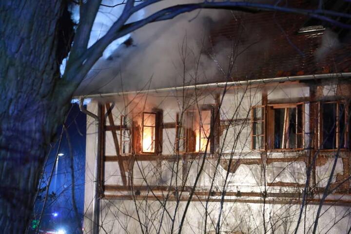 Die Feuerwehr hatte mit gefrierendem Löschwasser zu kämpfen.