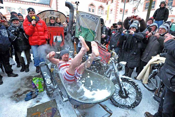 Spaß beim Bikertreffen in Augustusburg: Oliver Herrmann (43) ging trotz der Kälte baden.