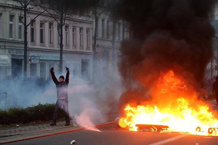"""Die Antifa wehrt sich gegen die Vorwürfe der Gewalt, schreibt auf Indymedia: """"Nirgendwo wurde in den vergangenen Jahren so viel Tränengas wie am 12.12.2015 in Leipzig eingesetzt."""""""