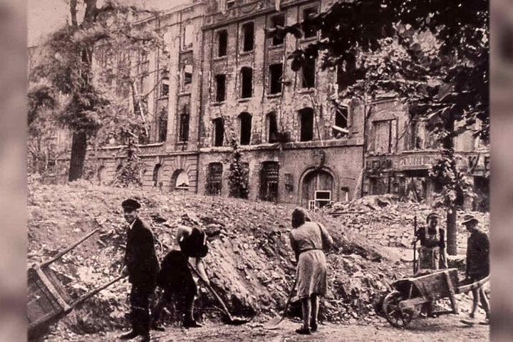 Ein Foto von den Aufräumarbeiten nach dem Zweiten Weltkrieg.