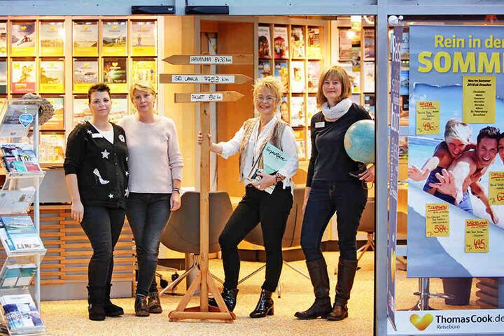 Das Thomas-Cook-Team vom Reisemarkt am Flughafen lockt die Neukunden heute mit Sangria, Serrano-Schinken und dem Duft der weiten Welt: Jana Scheller (46, v.l.), Cornelia Eiselt (47), Andrea Helm (48), Bettina Dix (48).
