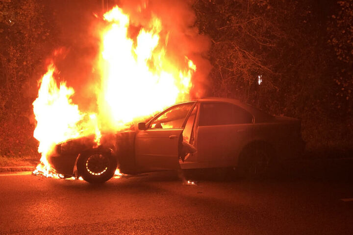 Das Auto steht lichterloh in Flammen.