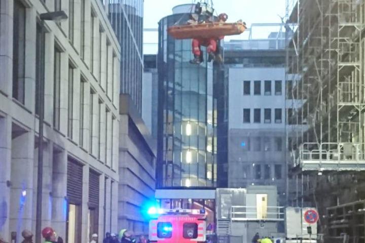 Mit Hilfe einer Trage konnten die Rettungskräfte den Verletzten abseilen.