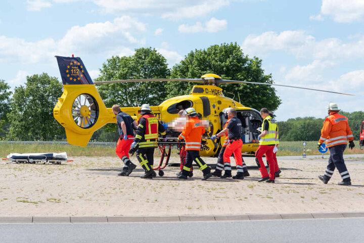 Rettungskräfte bringen den schwer verletzten SUV-Fahrer mit einem Rettungshubschrauber ins Krankenhaus.