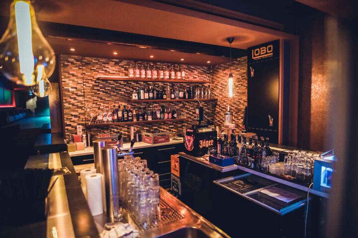 Die Bar ist gut bestückt und mit altmodisch gestalteten Leuchten dekoriert.