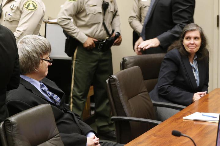 David und Louise grinsen vor Gericht.