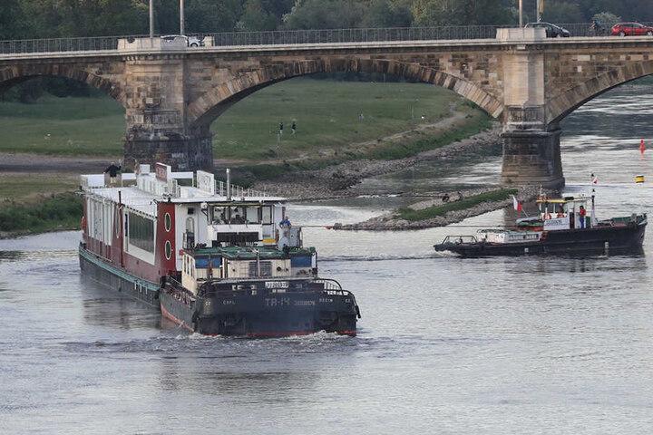 Ein Schlepper zieht das Schiff wieder ins tiefe Wasser.