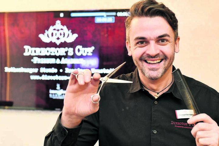 """Christoph Steinigen (43) schneidet, legt und föhnt seit 15 Jahren die Haare der Kundschaft in seinem Salon """"Director´s Cut""""."""