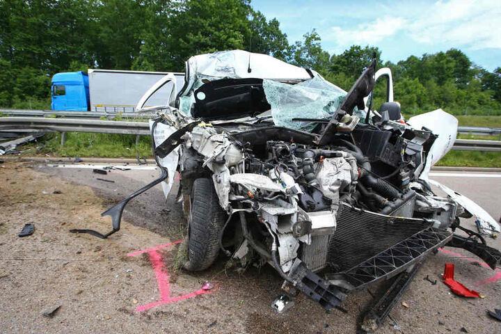 Der Transporter wurde bei dem Crash völlig zerstört.