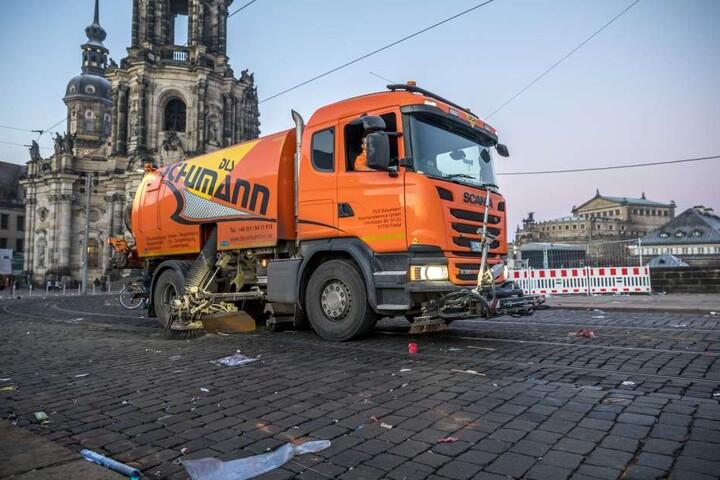 40 Mitarbeiter der Dresdner Stadtreinigung sind seit 6.00 Uhr früh unterwegs.