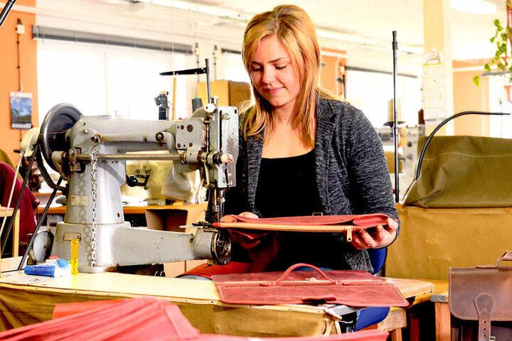Im Betrieb fertigt Juniorchefin Theresa an der Nähmaschine auch  Ledertaschen.