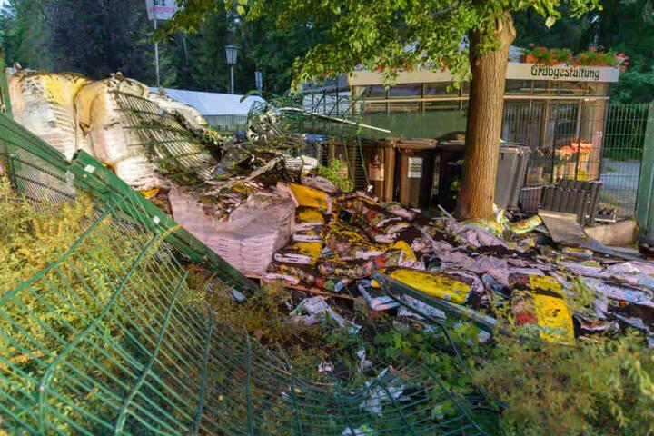 Der komplette Außenbereich der Friedhofsgärtnerei wurde bei dem Unfall zerstört.