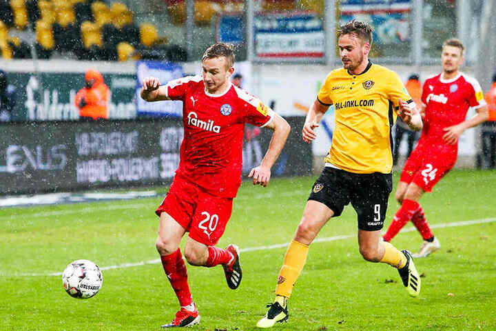 Beim 0:2 gegen Holstein Kiel im Hinspiel wurde Lucas Röser (M., hier im Duell mit Jannik Dehm) erst in der 72. Minute eingewechselt. Am Sonntag steht er vermutlich in der Startelf der Dynamos.