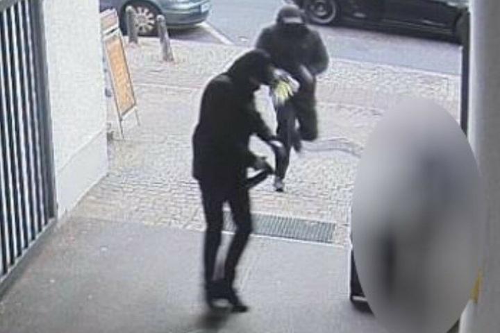 Bilder aus der Überwachungskamera zeigen den Überfall.
