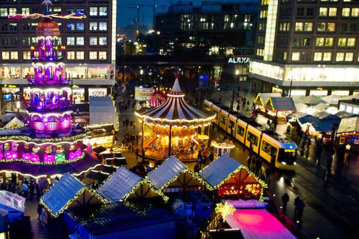 Blick auf den Markt am Alexanderplatz - links thront Europas größte Erzgebirgspyramide.