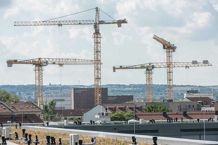 Damit sich auch zukünftig in Dresden Kräne drehen dürfen, sollen Investoren mehr zahlen.