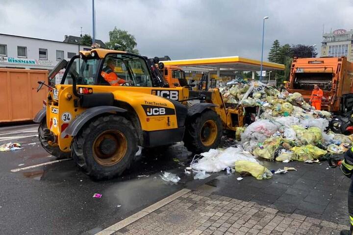 Mit einem Radlader konnte der gelöschte Müll abtransportiert werden.