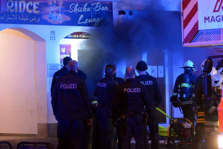Polizisten evakuierten die Anwohner noch vor Eintreffen der Feuerwehr aus dem Gebäude.