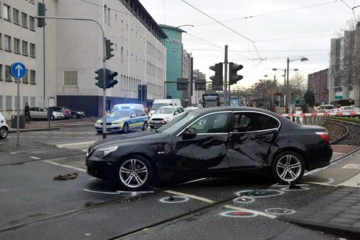 Rettungskräfte befreiten den eingeklemmten Schwerverletzten aus dem BMW.