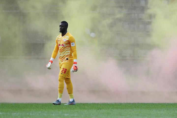 In der 35. Minute musste die Begegnung kurzzeitig unterbrochen werden, weil Gala-Fans Bengalos in Yvon Mvogos Strafraum geworfen hatten.