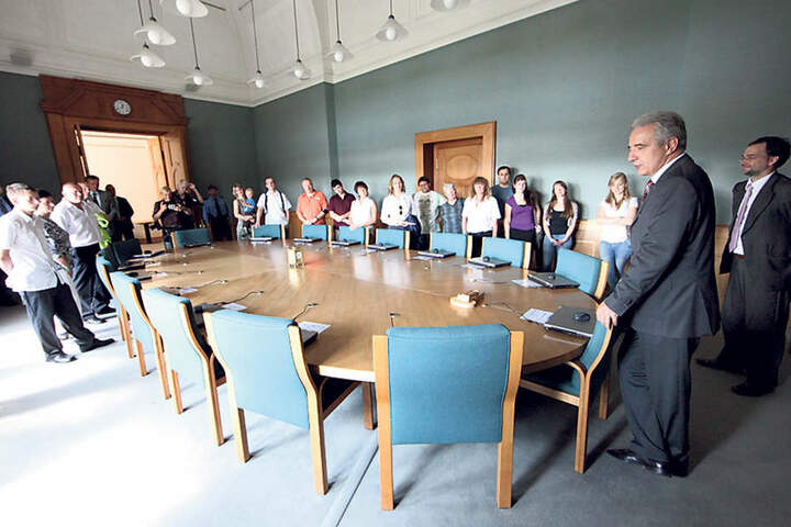 MP Stanislaw Tillich (58) steht ab 12.45 Uhr in der Kuppelhalle der  Staatskanzlei für Gespräche mit Besuchern bereit. In Vorjahren zeigte er den  Gästen, wo das Kabinett tagt.