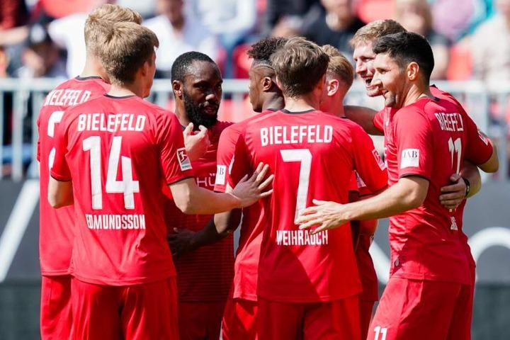 Bielefelds Torschütze Fabian Klos (2.v.r.) jubelt mit Mannschaftskollegen über sein Tor zum 1:0.