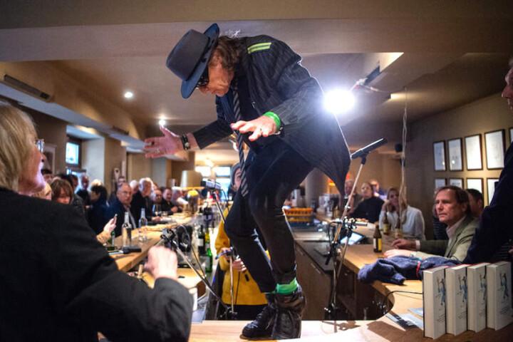 Völlig losgelöst: Udo Lindenberg (72) legt eine Flotte Sohle auf den Tresen.