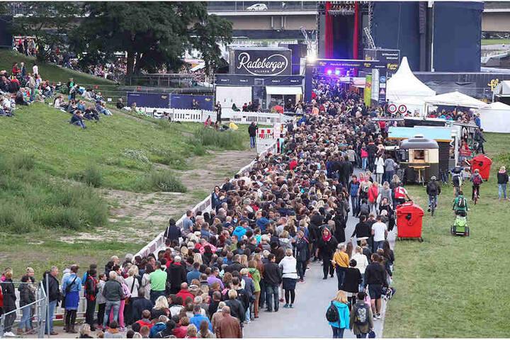 Vor dem Konzertgelände bildete sich eine endlos lange Schlange.