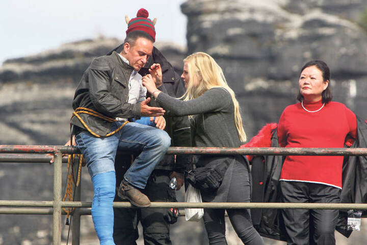 Ein Stunt-Team erlärt Erdogan Atalay (50) ganz genau, wie die gefährliche  Szene zu drehen ist.