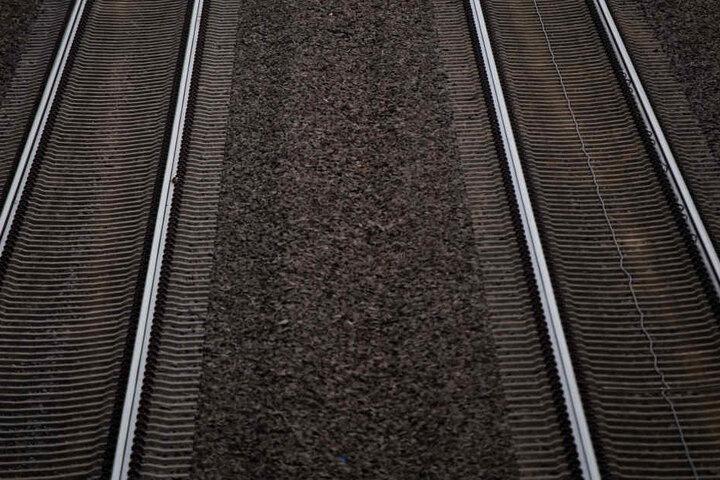 Die Leiche des 54-Jährigen wurde an Bahngleisen in Mansfeld (Sachsen-Anhalt) gefunden. (Symbolbild)