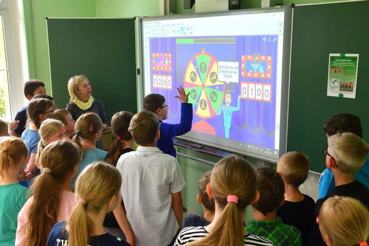 Interaktives Board statt Kreidetafel. Hier erfährt die Klasse 4, wie modernes Lernen geht.