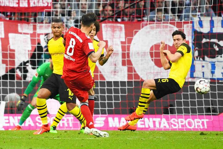 Javi Martinez (rotes Trikot) traf mit einem klugen Schlenzer zum zwischenzeitlichen 3:0 für die Münchner.