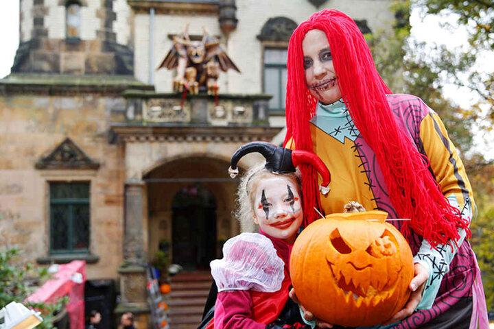 Hausherrin Claudia Sakraschinsgy (40) freut sich vor den Toren des  Gruselgartens mit Tochter Cäcilia (8) auf das Erschrecken der Gäste.