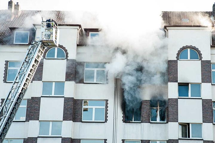 Zum Teil mussten Personen über die Drehleiter aus dem brennenden Gebäude gerettet werden.