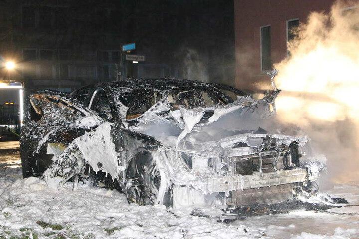 Auch in Berlin-Hellersdof brannte ein Mercedes.