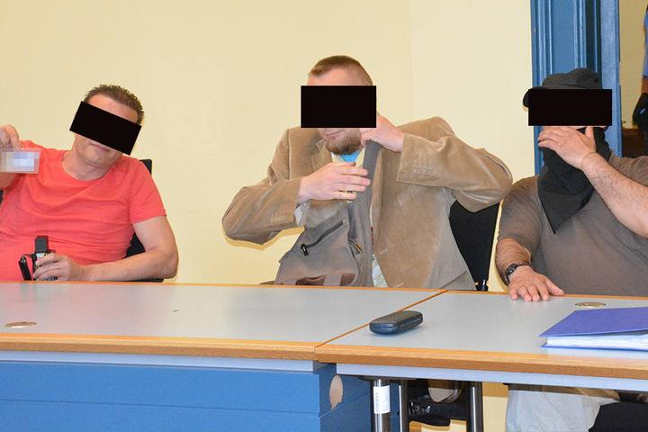 Die drei Angeklagten beim Prozessauftakt in Zwickau.