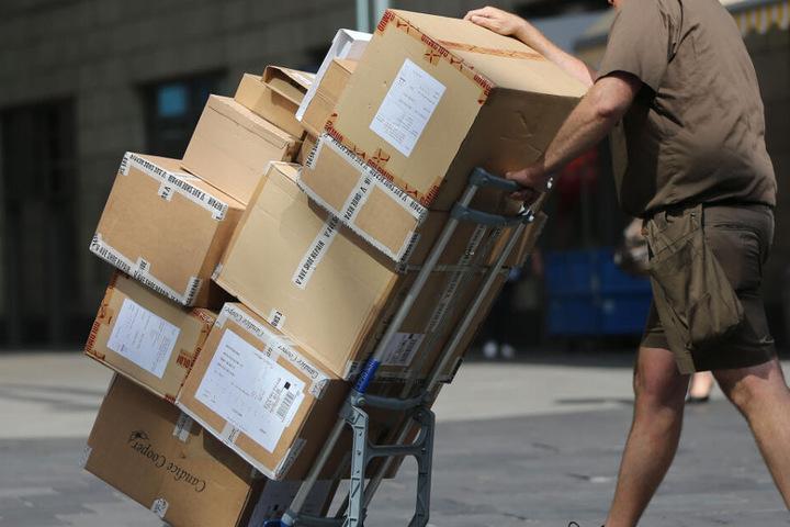 Ein Postbote wurde offenbar wegen eines Pakets angegriffen. (Symbolbild)