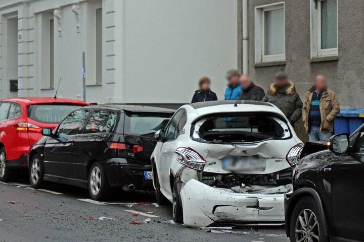 Fünf Autos wurde bei dem Unfall beschädigt.