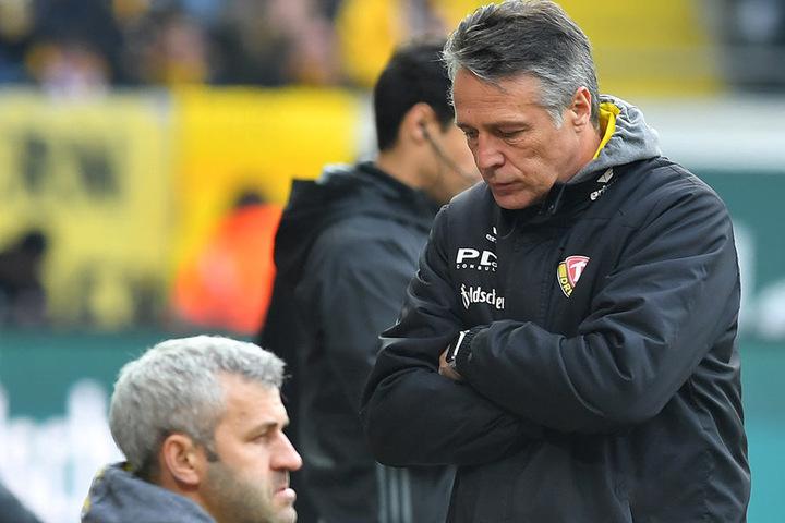 Dynamos Trainer Uwe Neuhaus (r.) und sein Assistent Peter Németh waren mit  dem Ergebnis natürlich nicht zufrieden.