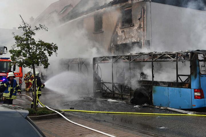 Die Flammen griffen auf das Wohnhaus einer dreiköpfigen Familie über.
