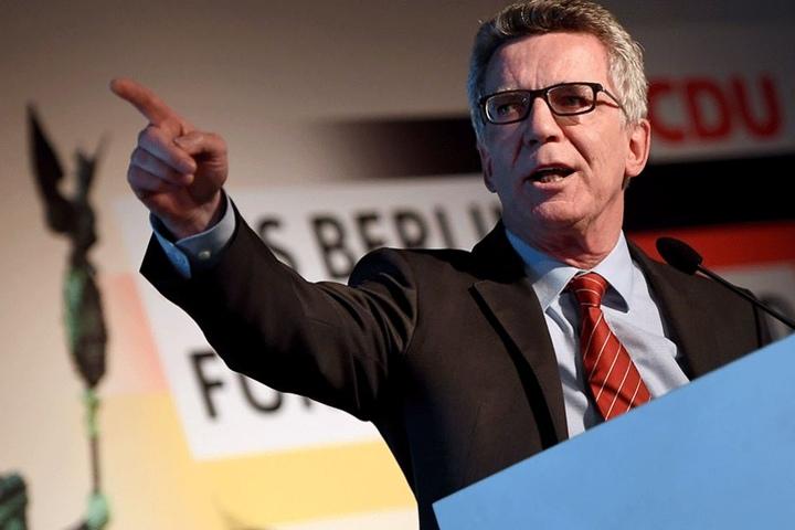 Das Gesetz von Innenminister Thomas de Maizière (CDU) ist bei Menschenrechtsorganisationen und der Opposition sehr umstritten.
