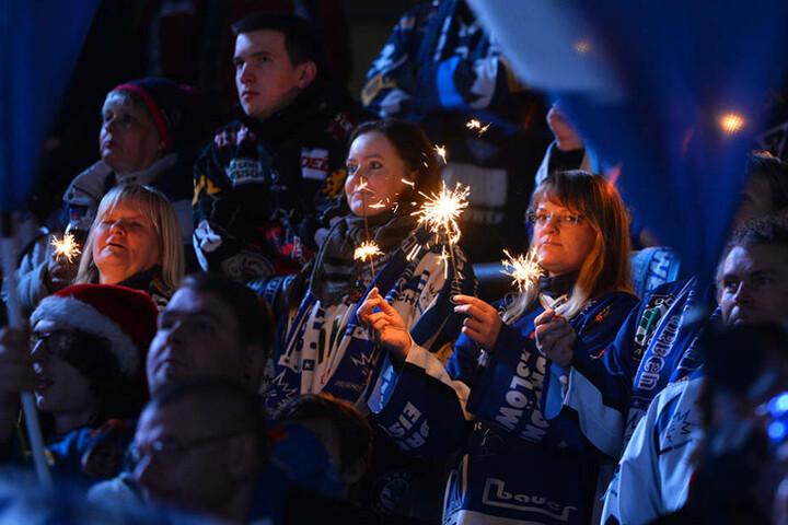 Beste Stimmung bei den Eislöwen-Fans in der EnergieVerbund Arena.