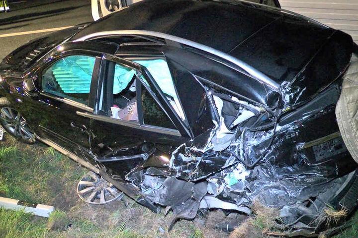 Das Heck des SUVs ist völlig zerstört.
