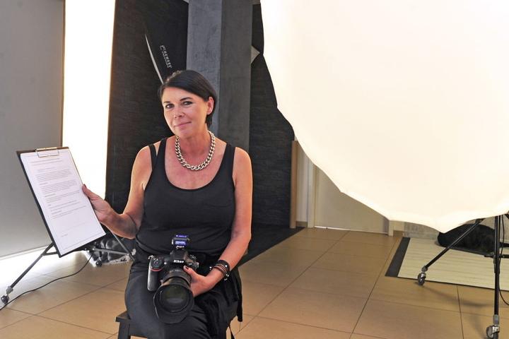 """Petra Hammermüller (58), Chefin von """"Super Foto Chemnitz"""", hätte sich mehr Hilfe und konkrete Auskünfte gewünscht. Mittlerweile hat sie sich mehrereFormulare beschafft und lässt vor Fotoshootings jeden Kunden unterzeichnen."""