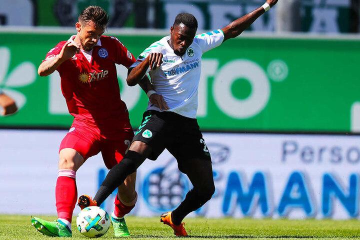 Fürths Khaled Narey ist vor Duisburgs Borys Tashchy am Ball, der später aber den 1:1-Ausgleich für den MSV erzielte. Durch das 2:2-Unentschieden muss Fürth das Abstiegsendspiel beim 1. FC Heidenheim gewinnen, um die Liga zu halten.