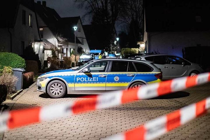 Absperrband der Polizei hängt während eines Polizeieinsatzes vor dem Abschnitt der Straße, in dem das Gewaltverbrechen passierte.