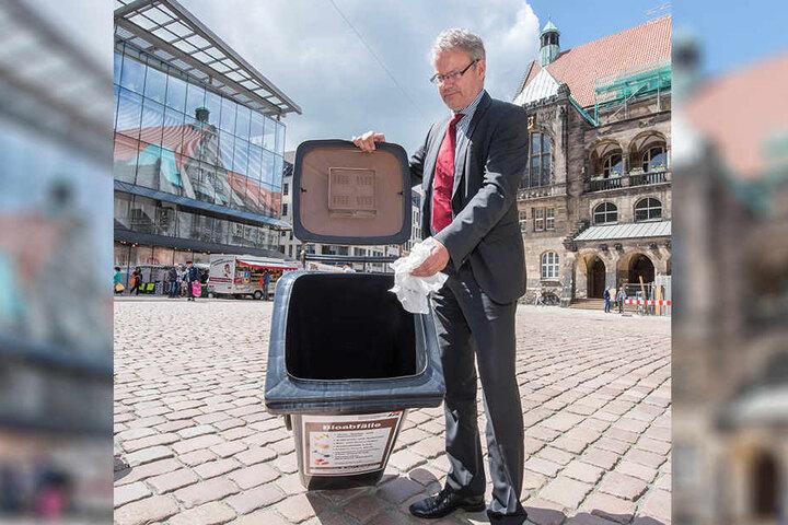 Nach dem Modellversuch kommt die richtige Einführung: ASR-Chef Dirk Behrendt (56) mit einer stinkfreien Biotonne.