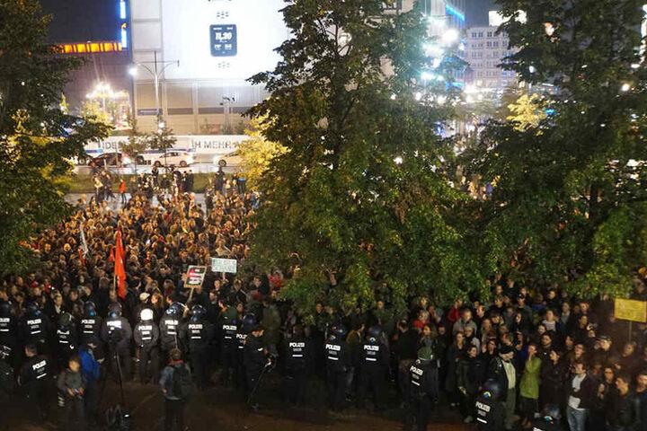 Mehr als tausend Demonstranten protestierten lautstark gegen die AfD.
